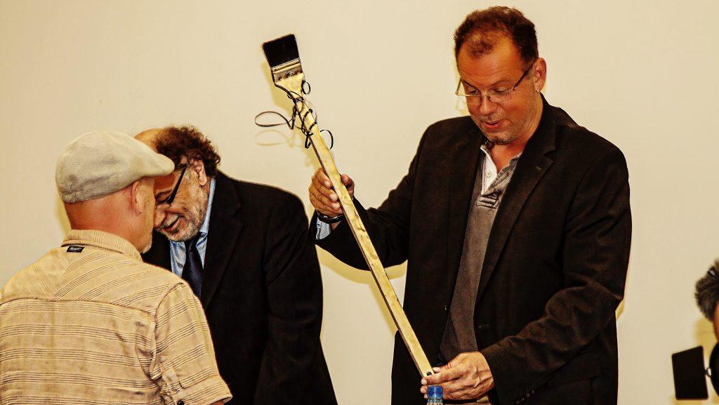 """Übergabe des """"goldenen Pinsels"""" fürs """"anschlieren der Erzieher"""" an den Stadtverordnetenvorsitzenden Sven Sulzmann."""